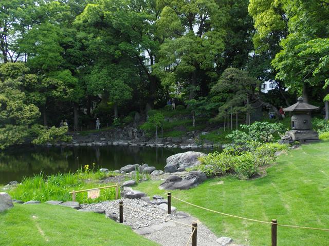 伝法院庭から池へ