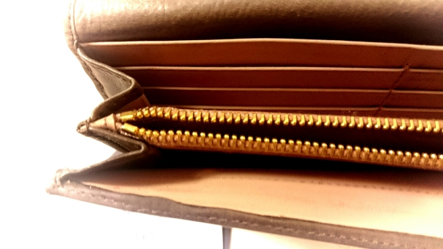c35e297accfd 金運をアップさせるお財布、開運のためのお財布ですから、あまりケチケチするのはよくないです。